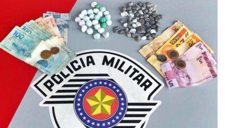 Foram apreendidas 70 porções de maconha (Cannabis Sativa), além de R$  R$ 470,85 em dinheiro trocado. Foto: DIVULGAÇÃO/PM