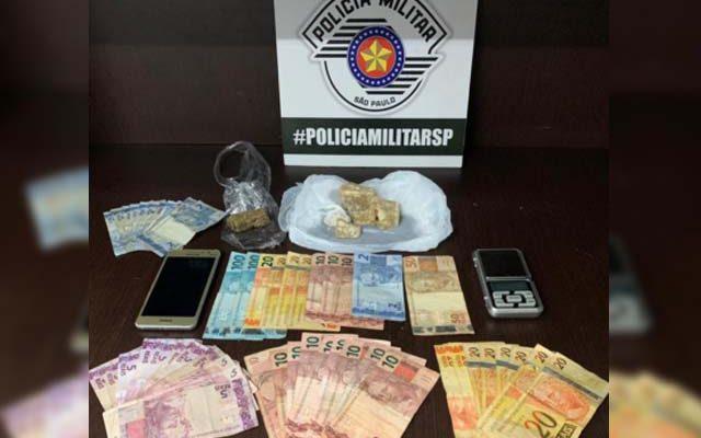 Foram apreendidos 119 gramas de crack,  13g de maconha, balança de precisão, além de R$ 689,00 em dinheiro. Foto: DIVULGAÇÃO/PM