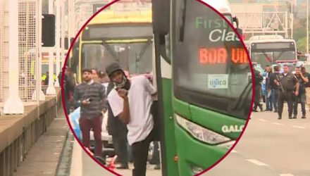Sequestrador desceu do ônibus armado e mostrou o rosto — Foto: Reprodução/GloboNews.
