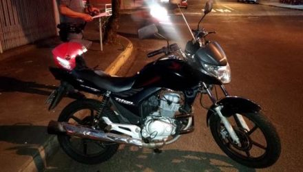 Motocicleta de aluguel não chegou a sofrer prejuízo quando do atropelamento da adolescente de 13 anos. Foto: DIVULGAÇÃO