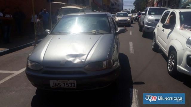 Fiat Pálio sofreu amassamento do capô. FOTO: MANOEL MESSIAS/Agência
