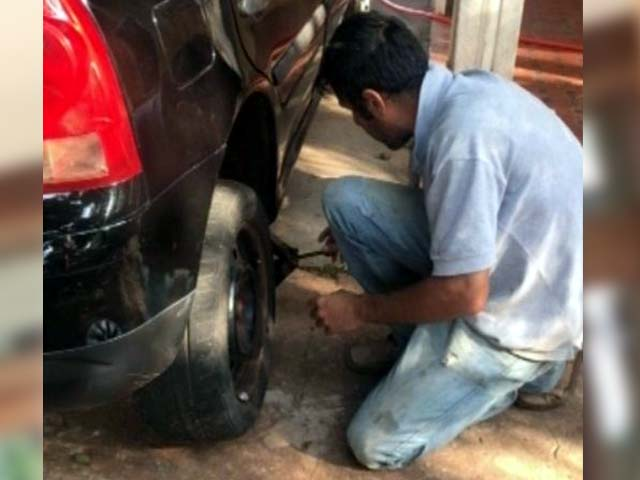 Mariana enviou a foto do suspeito trocando o pneu do carro em Bariri — Foto: TV TEM / Reprodução
