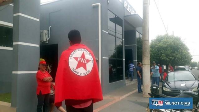 Integrantes estavam envoltos com a bandeira da FNL – Frente Nacional de Lutas. Foto: MANOEL MESSIAS/Agência