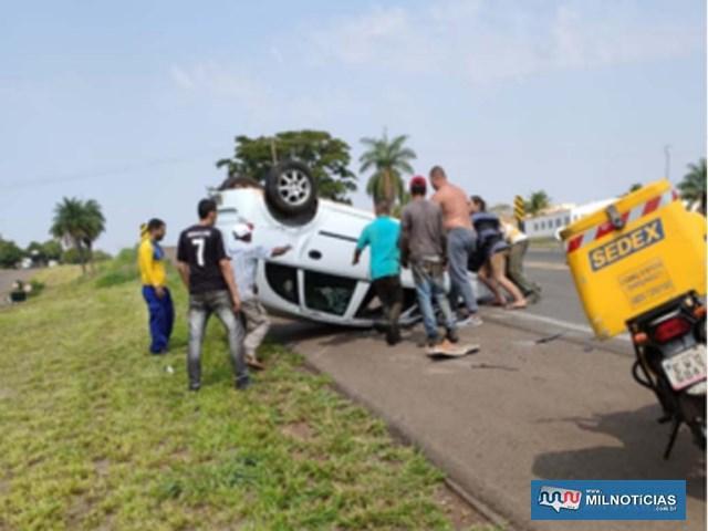 Populares ajudaram motorista (sem camisa), a destombar veículo antes da chegada dos bombeiros e policiamento rodoviário. Foto: MANOEL MESSIAS/Agência