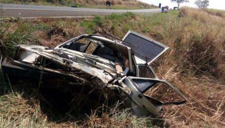Carro em que vítimas estavam ficou completamente destruído em Novo Horizonte — Foto: Kall Rigamonti/Amizade FM
