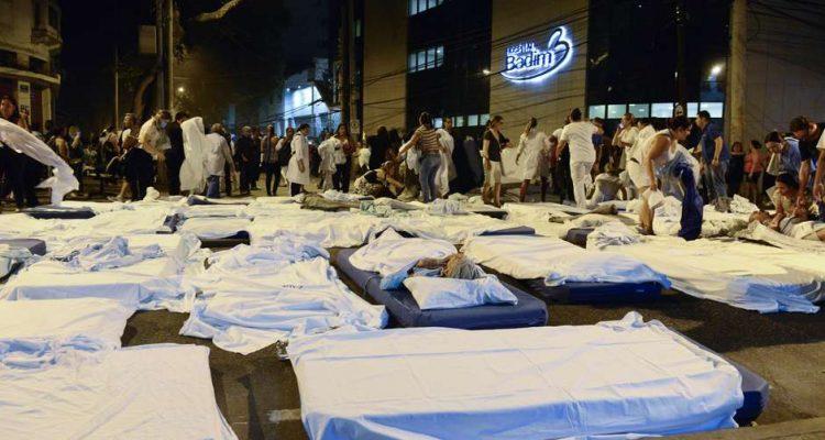 Camas hospitalares chegaram a ser montadas no meio da rua. Foto: Celso Pupo / Foto Arena / Estadão Conteúdo