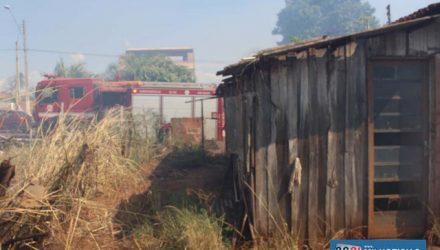 Chamas foram contidas antes que atingissem a residência construída metade madeira e metade alvenaria. FOTOS: MANOEL MESSIAS/Agência