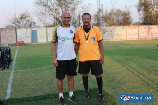 """Basílio e o árbitro do torneio, Paulo Sérgio, o """"Pilim"""" (dir.). Foto: MANOEL MESSIAS/Agência"""