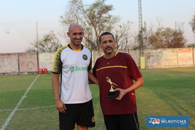 Melhor defesa foi do Amigos do Tiziu, com o goleiro Airton (dir.), recebendo troféu das mãos de Basílio. Foto: MANOEL MESSIAS/Agência