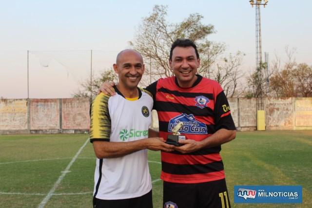 Junior Suman (dir.), também do Amigos do Tiziu, foi o artilheiro da Copa, com 7 gols. Foto: MANOEL MESSIAS/Agência