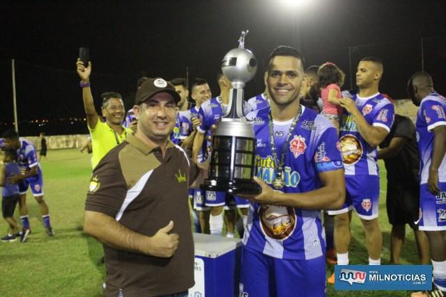 """Rafael Barbosa, o """"Gamarra"""", do Audax, recebe troféu de campeão das mãos de Ricardo. Foto: MANOEL MESSIAS/Agência"""