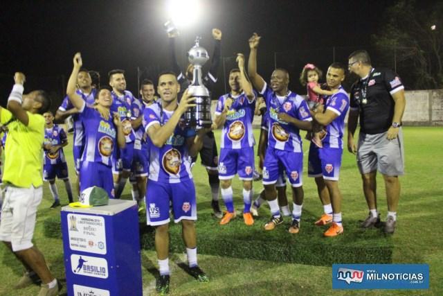 Explosão de alegria dos campeões após a entrega da premiação. Foto: MANOEL MESSIAS/Agência