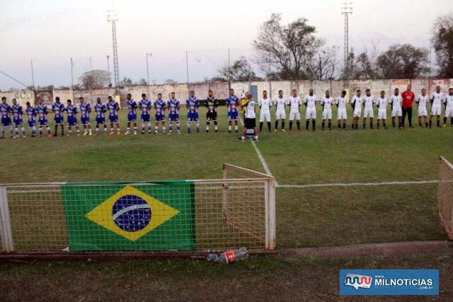 As duas equipes perfiladas antes do apito inicial. Foto: MANOEL MESSIAS/Agência