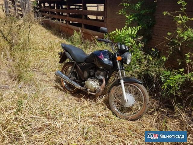 Motocicleta foi abandonada ainda com o motor quente e com danos, como no miolo da ignição e retentor da bengala danificados, vazando combustível. Foto: DIVULGAÇÃO