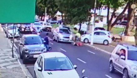 Homem agrediu a mulher no meio da rua, durante o dia, em Marília — Foto: Imagens cedidas / Polícia Civil.