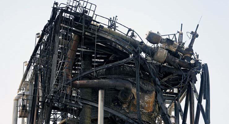 Instalação de petróleo da gigante petroleira Aramco ficou danificada em ataque em Khurais, na Arábia Saudita — Foto: Hamad l Mohammed/ Reuters.