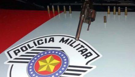 Foi apreendido um revólver calibre .32mm, além de 9 munições intactas e uma deflagrada. Fotos: DIVULGAÇÃO/PM