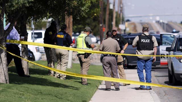 Polícia bloqueia via em Odessa, no Texas, após ataque a tiros deixar mortos e feridos — Foto: Mark Rogers/Odessa American via AP