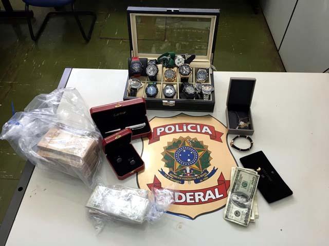 Relógios, dinheiro e objetos de luxo foram apreendidos dentro de cofre de investigado da Operação Vagatomia — Foto: Divulgação/Polícia Federal