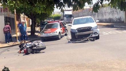 Acidente aconteceu no cruzamento das ruas Rodrigues Alves com José Bonifácio, ao lado da escola Teodoro (ao fundo), centro. Foto: DIVULGAÇÃO
