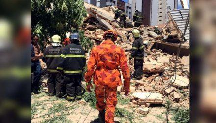 Bombeiros mantêm trabalho de resgate no prédio desabado em Fortaleza (Foto: Sistema Verdes Mares)