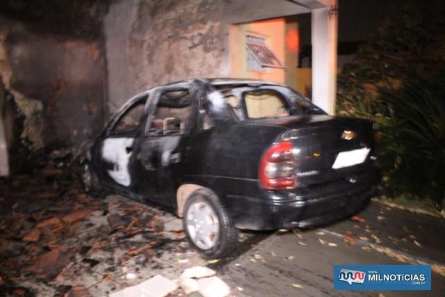 Veículo GM Corsa, que estava estacionado ficou completamente destruído. Foto: MANOEL MESSIAS/Mil Noticias