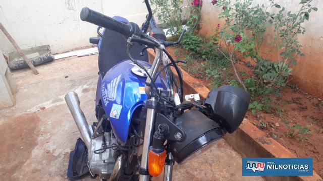Motocicleta pilotada pela vítima sofreu prejuízos materiais, principalmente do seu lado direito; Foto: MANOEL MESSIAS/Agência