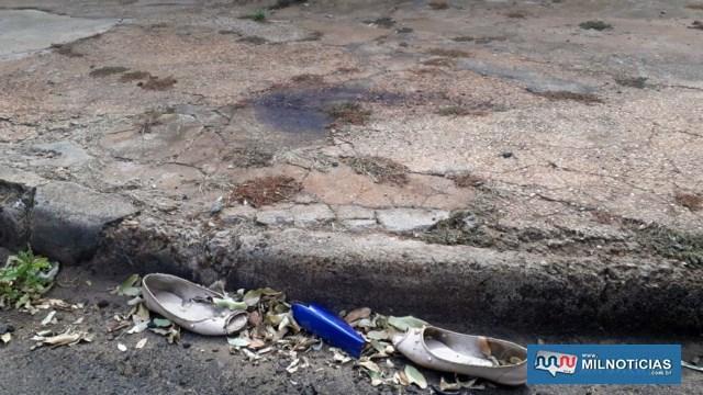 Pelo local ficaram partes da moto, sapatos usados pela vítima e uma grande mancha de sangue na calçada, para onde ela se arrastou. Foto: MANOEL MESSIAS/Agência