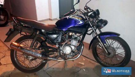 Motocicleta Yamaha YBR, na cor azul, havia sido furtada na noite anterior de sua localização. Foto: MANOEL MESSIAS/Agência