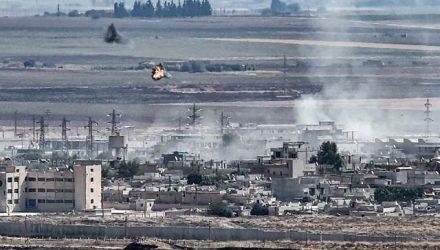 Fumaça é vista na cidade síria de Ras al-Ain, na fronteira com a Turquia, neste domingo (13) — Foto: Ozan Kose / AFP