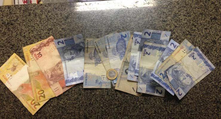 Polícia encontrou R$ 73 com o primeiro suspeito localizado em Pederneiras, que foi preso — Foto: Polícia Militar/Divulgação.