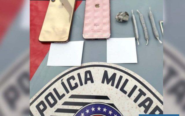 Foram apreendidos dois papelotes com droga sintética conhecida como 4k, além de cigarros de maconha e dois telefones celulares. Foto: DIVULGAÇÃO/PM