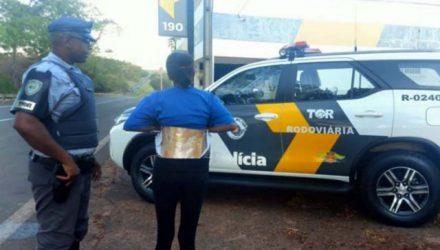 T. S. T., recebeu voz de prisão e foi autuada em flagrante por tráfico de drogas na delegacia do município de Valparaíso. Foto: DIVULGAÇÃO/PMRv