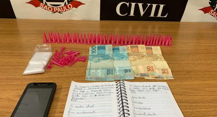 Polícia apreendeu droga, dinheiro e pertences com suspeita de assassinato em MS — Foto: Polícia Civil/Divulgação.