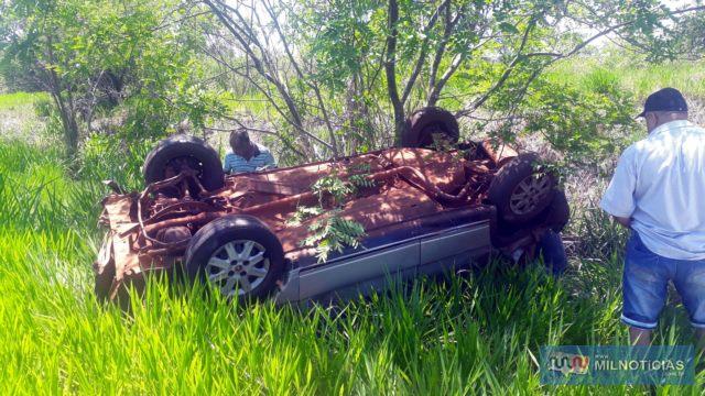 Fiat Uno parou com as rodas para cima após sair da pista e bater violentamente em barranco. Foto: MANOEL MESSIAS/Agência