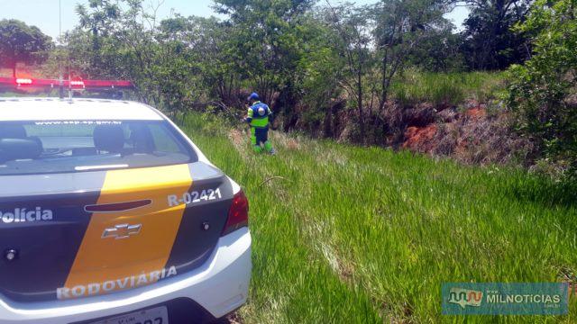 Homens do DER analisam percurso feito por veículo desgovernando. Foto: MANOEL MESSIAS/Agência
