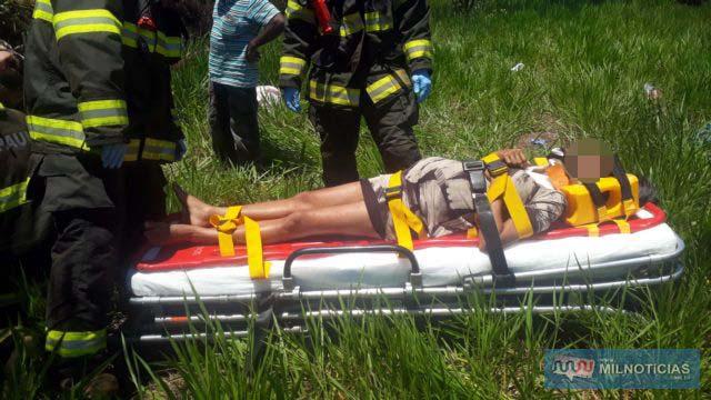 Mulher grávida também teria sido projetada para fora do veículo e sofreu ferimentos graves. Foto: MANOEL MESSIAS/Agência