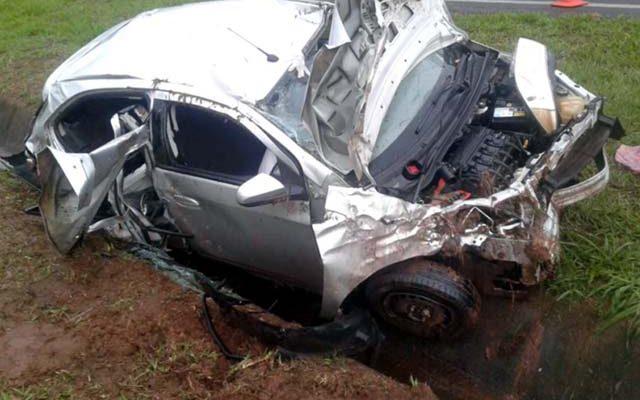 Veículo GM Onix, na cor prata, dirigido pela assessora andradinense ficou totalmente destruído apos o acidente. Fotos: DIVULGAÇÃO