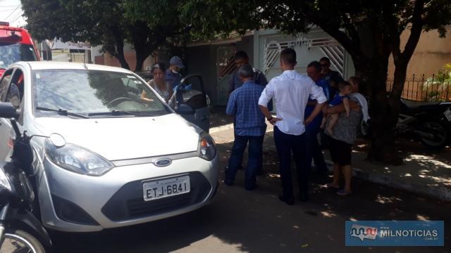 Pai e filho conversam com os outros dois motoristas envolvidos no acidente. Foto: MANOEL MESSIAS/Agência