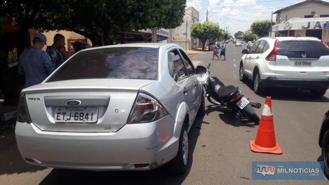 Motorista do Ford Fiesta precisou frear por causa de outro motorista à sua frente, quando pai e filho na motoneta bateu na lente traseira direita do pisca. Foto: MANOEL MESSIAS/Agência