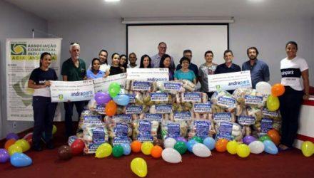 Representantes da Andradpark,, Acia, Prefeitura e das entidades beneficiadas durante a entrega dos alimentos. Foto: MANOEL MESSIAS/Agência