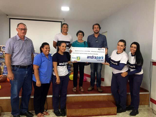 Adeilson, da Acia, Elaine, da Andrapark, e Pastorelli, da Prefeitura,  na entrega para a Comunidade Espírita Euzébio de Oliveira Brandão