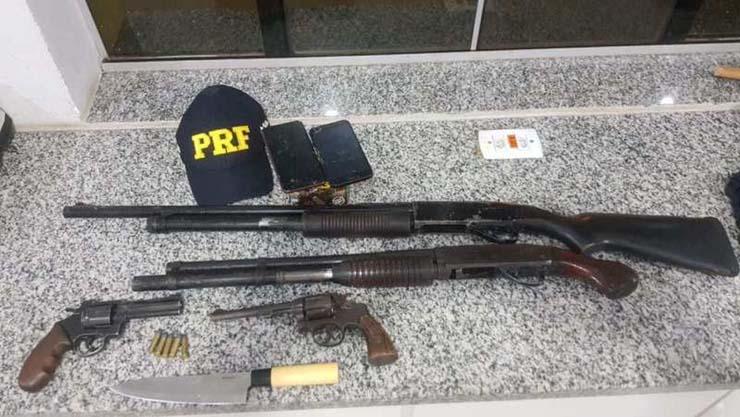 Armas apreendidas durante ação da PRF — Foto: PRF/Divulgação.