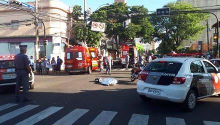 Mulher que teve a cabeça esmagada no atropelamento pelo ônibus morreu no local do acidente — Foto: Ariane Flores/TV TEM.