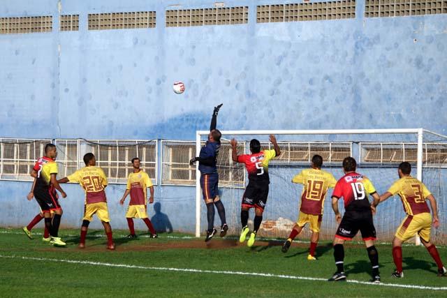 Guaporé (preto e vermelho), venceu por 2 a 1 a Estância Três Barras (laranja e vermelho), na partida de ida da semifinal do Bate Coração. Fotos: MANOEL MESSIAS/Agência
