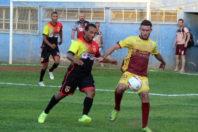 Guaporé (preto e vermelho), venceu por 2 a 1 a Estância Três Barras, na partida de ida da semifinal do Bate Coração. Fotos: MANOEL MESSIAS/Agência