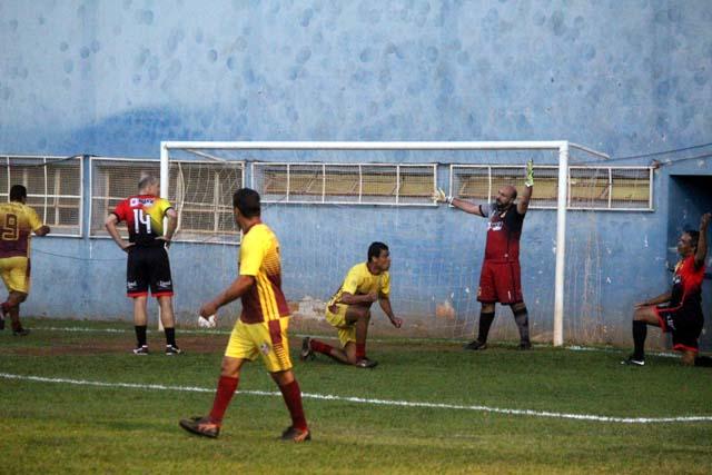 Único gol do Três Barras na derrota foi feito depois de um bate e rebate, acendendo a esperança de reação. Fotos: MANOEL MESSIAS/Agência