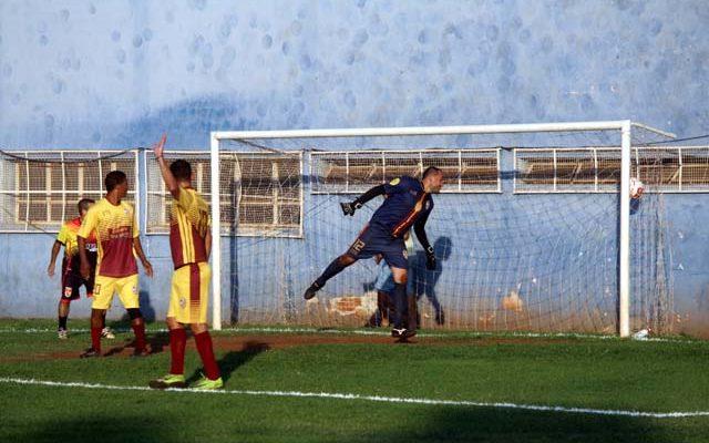 Primeiro gol do Guaporé Associados foi um belo chute de fora da área. Foto: MANOEL MESSIAS/Agência
