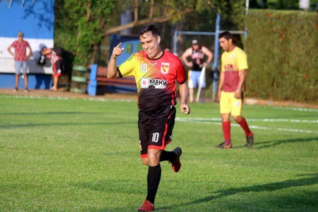 Wender (com o dedo em riste), do Guaporé Associados, marcou belo gol de fora da área. Fotos: MANOEL MESSIAS/Agência
