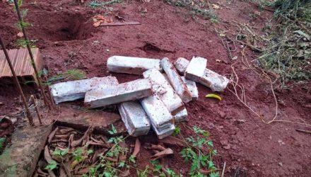 Em um dos endereços, a polícia teve ajuda de cães farejadores para encontrar a droga — Foto: 10° BPM/Divulgação.